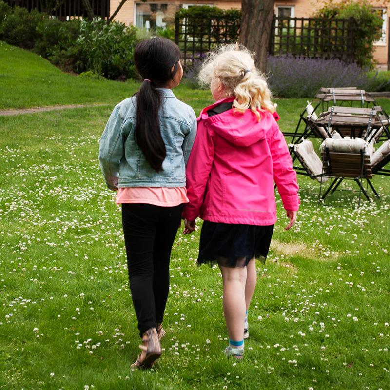 Två tjejer på innergården